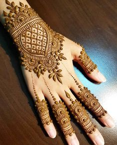 Simple Floral Mehndi Design Mehndi henna designs are always searchable by Pakistani women and girls. Women, girls and also kids apply henna on their hands, feet and also on neck to look more gorgeous and traditional. Dulhan Mehndi Designs, Mehandi Designs, Mehndi Designs For Girls, Modern Mehndi Designs, Mehndi Design Photos, Latest Mehndi Designs, Tattoo Designs, Beautiful Henna Designs, Mehndi Images