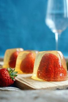 Jelly on champagne with fresh berries Shapmanskoe - 300 ml. In general, I really like this plan desserts - are prepared Jello Desserts, Low Calorie Desserts, No Bake Desserts, Delicious Desserts, Dessert Recipes, Mousse, Good Food, Yummy Food, Food Decoration