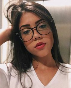 óculos Cute Glasses, Girls With Glasses, Tumbr Girl, Glasses Trends, Kawaii Faces, Aesthetic Girl, Woman Face, Photography Poses, Hair Beauty