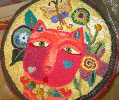 The cat stool Rug hooking Rug Hooking Frames, Rug Hooking Patterns, Rag Rugs, Wool Rugs, Wool Applique, Applique Quilts, Foot Stools, Locker Hooking, Rugs And Mats