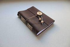Originálny, ručne viazaný kožený zápisník vo formáte A6, tzv. softbook (mäkký), ktorý Vám môže robiť spoločnosť kdekoľvek. Vhodný pre pánov i dámy...