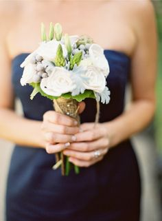 Some navy blue, white and green-ish bouquets, wrapped in burlap and twine. Lovin it.