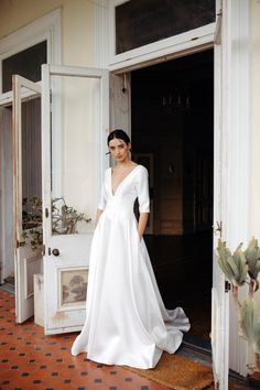 Shop Hera Couture online for your dream wedding dress. Check Gracie wedding dress' delicate and elegant design in Minimalist collection. Minimalist Gown, Modern Minimalist Wedding, Minimalist Wedding Dresses, Minimalist Chic, Chic Wedding Dresses, Bridal Dresses, Wedding Gowns, Long Sleeve Wedding, Wedding Dress Sleeves