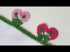 Yapımının da anlatıldığı videosunda salkım çiçek motiflerinin süslemiş olduğu bu tığ işi yazma kenarı oyasını öğrenmiş olacaksınız. Knitted Poncho, Knitted Shawls, Creative Embroidery, Hand Embroidery, Crochet Flowers, Crochet Lace, Crochet Borders, Lace Making, Knitting Socks