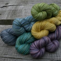 Variatie in toondiepte is wel typisch voor ambachtelijk verven; Hand Dyed Yarn - beautiful colour palette