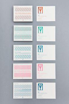 Identité visuelle du Textiel Museum, par Raw Color. Le système distingue les deux facettes de l'établissement en jouant avec des variations d'opacité. Le logo comportent les lettres T, M et L qui se chevauchent et la palette de couleurs permet de faire ressortir les initiales du Textiel Museum ou du Textiel Laboratory. Au final, le système graphique permet de multiplier les combinaisons et créer une identité forte et modulable.
