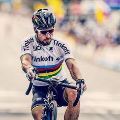 El ciclista eslovaco Peter Sagan celebró el Año Nuevo como más le gusta. Subido en una bicicleta y haciendo caballitos por doquier.   #EurosportTV #petersagan