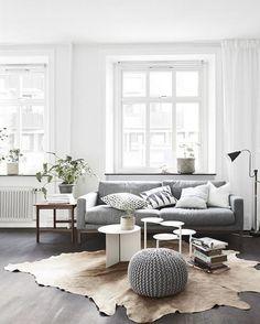 À lire sur #muramur : 5 éléments #essentiels pour créer un #salon de #style #scandinave! #home #maison #homedecor #decor #homedesign #homestyle #instahome #plant #light #books #morning #mtlblogger #white #pastel #minimalist #scandinav #grey