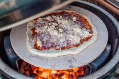 Pizza on the Big Green Egg, that& fantastic! - BBQ NL - Description and recipe to make your own pizza on the Big Green Egg. Green Egg Pizza, Big Green Egg Bbq, Make Your Own Pizza, Food To Make, Bbq Egg, Kamado Bbq, Bbq Pitmasters, Quick Easy Meals, Foodies