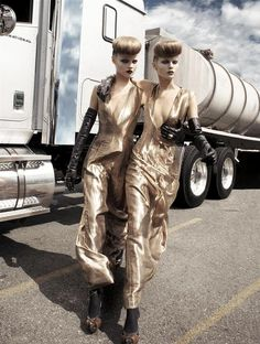 Golden .#fashion #editorial #photography #moda #fotografia #outfit