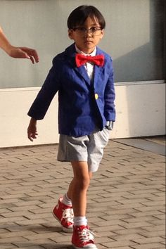 A kid cosplaying Detective Conan. They look almost exactly alike!