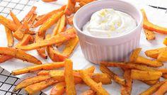 Pommes frites mal anders, nämlich als Kürbispommes mit Dip. Olivenöl und Gewürze sorgen für Geschmack und der Backofen für eine schöne Knusprigkeit.