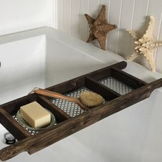 For those who want a both tray but have a shower attachment in their bath tub resulting in more water splashing! Bath tray created with recycled wood and this model has all three compartments in aluminum mesh allowing water to drain through. Wood Bath Tray, Bathtub Tray, Bathtub Caddy, Style Vintage, Rustic Style, Recycling, Style Rustique, Metal Screen, Have A Shower