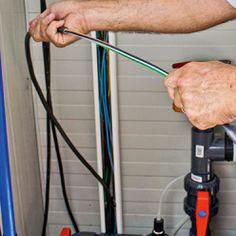 Faire remonter les fils dans la goulotte verticale en PVC. Tube Pvc, Le Tube, Pac Piscine, Local Technique, Outdoor Power Equipment, Home Appliances, Liner, Heat Pump System, House Appliances