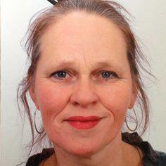 † Liesbeth Takken (52) 23-03-2017 In haar woonplaats Assen is donderdag beeldend kunstenaar Liesbeth Takken overleden. Ze was ongeneeslijk ziek. Takken was opgeleid als beeldhouwer aan de Rietveld Academie in Amsterdam. Later verschoof haar focus naar de landschapskunst, in de eeuwenoude traditie van zandtekeningen (vaak cirkels en spiralen). https://youtu.be/s4gl_r6mVzk