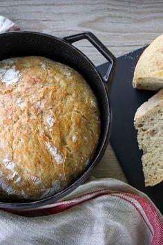 Pataleipä on superhelppo tehdä! Sekoita taikina kuitenkin jo paistamista edeltävänä päivänä. Kurkkaa resepti! #leipä #pataleipä #leivonta #leipätaikina Cornbread, Ethnic Recipes, Food, Millet Bread, Essen, Meals, Yemek, Corn Bread, Eten