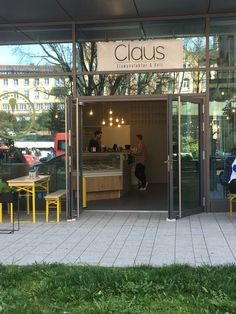 A brandnew ice-cream shop close to Paulinenbrücke: Claus
