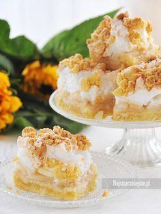 Szarlotka z bezą, czyli idealny przepis na weekendowe ciasto. Obłędne, delikatne, kruche ciasto, które łączy się z pysznymi jabłkami i słodką bezą.