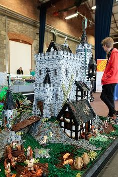 Time to go back to the Middle Ages - Lego Castle – How to build it Lego Design, Lego Der Hobbit, Lego Burg, Lego Sculptures, Amazing Lego Creations, Lego Boards, Lego Construction, Lego Room, Lego Architecture