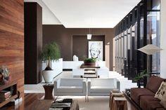 Desain gambar interior rumah minimalis kontemporer juga menyukai sesuatu yang kontras dalam satu ruangan. Anda bisa tiba-tiba menemukan perpaduan antara warna gelap dan terang seperti putih cemerlang dengan cokelat gelap khas kayu-kayuan.