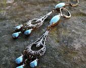 Boucles chandeliers Victoriens bleu ciel turquoise pastel bronze antique : Boucles d'oreille par coup-de-grace