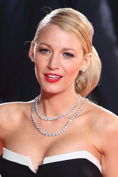 Everyone's favourite blonde Hollywood actress Blake Lively shares her best beauty secrets. Celebrity Jewelry, Celebrity Style, Beautiful Celebrities, Most Beautiful Women, Blake Lively Style, Serena Van Der Woodsen, Do It Yourself Fashion, Hollywood Celebrities, Gossip Girl