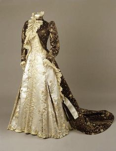 Tea Gown | House of Worth | Paris | 1890-1895 | silk brocaded satin | Royal Ontario Museum 1800s Fashion, 19th Century Fashion, Edwardian Fashion, Vintage Fashion, Edwardian Dress, Victorian Dresses, 18th Century, Vintage Gowns, Mode Vintage
