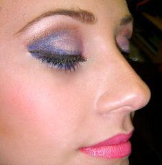 Sombras lilas y rosa de Inglot y lapiz de ojos orquídea de Make Up Forever y labios Bold Spring de MAC