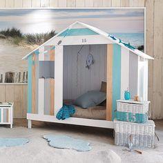 Inspiration idée déco chambre fille lit cabane style cabine de plage décoration guirlande poisson en bois chambre enfant style bord de mer