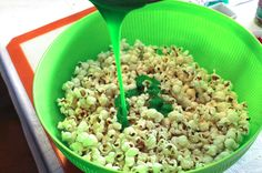 Grinch Popcorn - Sweet and salty and delicious. it will be popular with kids and adults alike at your How the Grinch Stole Christmas movie night. Christmas Popcorn, Grinch Christmas, Christmas Breakfast, Christmas Desserts, Christmas Treats, Christmas Baking, Holiday Treats, Christmas Recipes, Christmas 2019