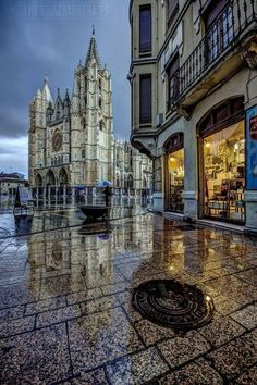 SPAIN / Cities, towns, landscapes - León Cathedral - By Javier Diez Barrera Bay Of Biscay, Gothic Cathedral, South Of Spain, Iberian Peninsula, Spanish Architecture, Mediterranean Sea, Barcelona, Places To Visit, Europe