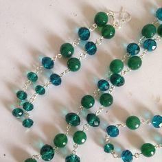 Questa parure in verde, in pietre e cristalli, fa parte di una linea di prodotti realizzati in stile più classico, raffinato ma sempre con un tocco di modernità. Pietre semplici, cristalli, colorati, uniformi, in un completo di oggetti abbinabili.