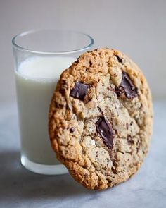 Chocolate Chip Cookies is a fantastic cookie recipe, but it also shows you how to tweak your recipes to produce the perfect Chocolate Chip Cookies! Microwave Cookies, Perfect Chocolate Chip Cookies, Chocolate Biscuits, Galletas Cookies, Eat Dessert First, Clean Eating Snacks, Cookie Recipes, Sweet Treats, Gluten Free