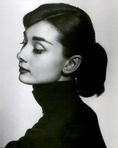 Audrey Hepburn fotografada para o filme Funny Face, (1956) Há vários fatores que contribuem para um bom etrato fotográfico, como a luz, posição da pessoa (normalmente, é preferível capturar os olhos e a cara, de forma a que estes sejam o foco principal, enquanto que outros aspetos menos importantes estejam menos focados), ...