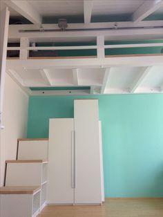 Empore/Hochbett im Kinderzimmer, Treppen aus alten Pax-Schränken mit Arbeitsplatten als Trittbretter, DIY