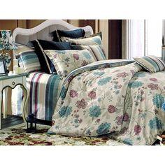 W skład kompletu pościeli Sara wchodzą dwie poszewki na poduszki oraz jedna poszwa na kołdrę. Zestaw ozdobiony został niebieskimi i ciemno różowymi kwiatami. Całość uszyta została ze 100% satyny.