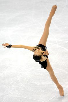 Mao Asada (Japan) competing in the Ladies' Free Skate during the 2009 ISU Four Continents Figure Skating Championships in Vancouver, Canada. (photo credit: Matthew Stockman) She looks like a triskel. Roller Skating, Ice Skating, Japanese Figure Skater, Ice Dance, Figure Skating Dresses, Sports Figures, Ice Queen, Ballet, Continents