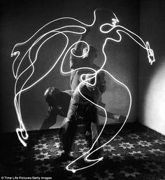 Pablo Picasso - 1949 - by Gjon Mili - Picasso was born 137 years ago today on October 1881 in Málaga, Spain. He is pictured here 'painting' with light in a long exposure photo from (Gjon Mili—The LIFE Picture Collection/Getty Images) Pablo Picasso, Picasso Drawing, Picasso Art, Picasso Sketches, Picasso Light Painting, Picasso Paintings, Art Paintings, Gjon Mili, Exposition Multiple
