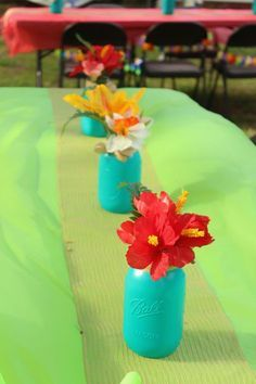 Moana Birthday Party Printables + Moana Party Food Ideas Check out these Moana Birthday Party Ideas for your luau! Including FREE printables and Moana Party Food Ideas with water bottle label and food cards Moana Birthday Party Theme, Moana Themed Party, Luau Theme Party, Hawaiian Party Decorations, Tiki Party, Birthday Party Decorations, Princess Birthday, Luau Table Decorations, Hawaiin Theme Party