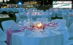 Τραπεζομάντηλο Ροτόντας   Σε εξωτερικό χώρο η ροτόντα είναι σε λευκό χρώμα με λευκό καπάκι και ροζ runner.