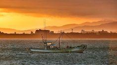 10 Nov.  7:02 朝の光が流れる博多湾です。 Morning at Hakata bay in Japan