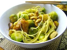 Chinese mie met spruitjes en krokante tempeh. beautiful food, foodblog, foodpic, foodpics, eetfoto's, mooie eetfoto's, foodporn, healthy, food, voedsel, recept, recipe