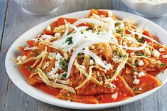 Una receta muy fácil, rápida y muy deliciosa. Estos tradicionales chilaquiles rojos con pollo son muy famosos en la cocina mexicana. ¡Aprende a prepararlos!