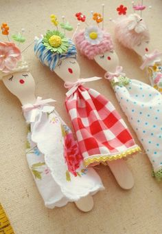 We love these DYI fork puppets! We also carry Spoon puppets here!Glamping Craft for the kids ~ Wooden Spoon Dolls from our fabric & yarn scraps.inspired ideas ~ spoon ladies ~ recycled plastic spoons, found flowers, pieces of scrap material & perm ma Kids Crafts, Cute Crafts, Craft Projects, Arts And Crafts, Craft Ideas, Diy Ideas, Decor Ideas, Plastic Spoon Crafts, Plastic Spoons