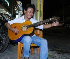 Trong một lần tìm đến một quán ăn tại TP.Hồ Chí Minh, chúng tôi đã có dịp gặp gỡ anh Tuấn Cường, người đàn ông yêu Bolero, đã theo nghề hát rong gần 30 năm qua ở khắp các con phố, ngõ hẻm tại Sài Gòn. Khi chia sẻ về niềm đam mê của anh, Tuấn Cường nói vui rằng, anh yêu dòng nhạc trữ tình còn...