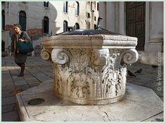 Le puits du Campo de la Madalena, en pierre d'Istrie et qui date de la fin du XVe, début du XVIe siècle. C'est un puits remarquable en ce sens qu'il est de style lombard et reproduit en même temps la forme d'un chapiteau. L'utilisation sur ses flancs de feuilles d'Acanthe n'est d'ailleurs pas fortuite puisque ce motif décoratif est un motif très répandu sur les chapiteaux corinthiens. Ce puits est l'un des plus beaux exemplaires de ce style à Venise. A noter également le trou qui se trouve…