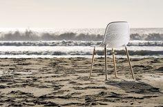 Krzesło nabiera charakteru dzięki tłoczeniu siedziska, opartego na eleganckich nogach wykonanych z drewna bukowego.