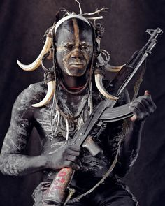 Portraits of the Authentics: Photographing Ancient Cultures Before They Pass Away - Jimmy Nelson Pictures BV. Papua Nova Guiné, Jimmy Nelson, Rose Croix, Afrique Art, Foto Portrait, Mursi Tribe, Tribal Warrior, Post Apocalyptic Fashion, Tribal People