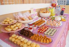 the cheese table for this ballerina themed party Brunch Bar, Party Drinks Alcohol, Mini Desserts, Coffee Break, Food Presentation, Luau, High Tea, Catering, Food And Drink