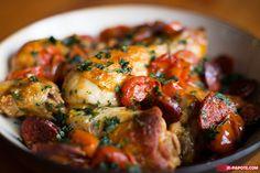 MIJOTE DE POULET AU CHORIZO (2 c à s d'huile d'olive – 8 pilons de poulet – 100 g de chorizo tranché en rondelles – 1 oignon – 1 poivron rouge – 6 branches de thym – 2 gousses d'ail – 250 g de vin blanc – 20 tomates cerises entières – 1 c à s de sucre – sel/poivre – 60 ml persil frais, haché)